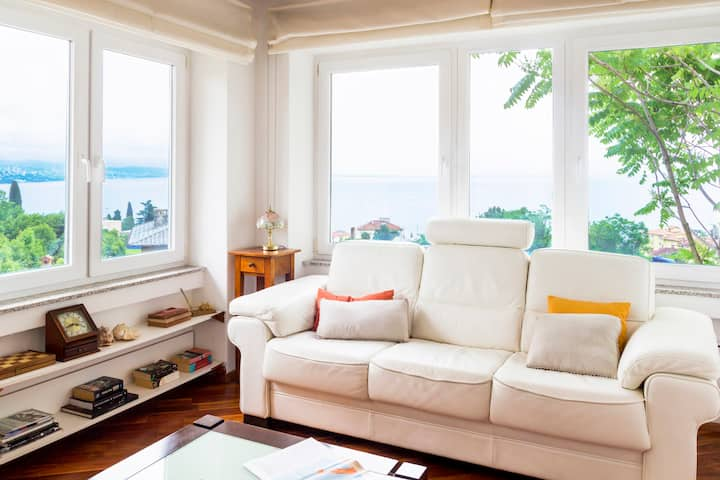 Elegant Sunny Apartment, Great Location and Views