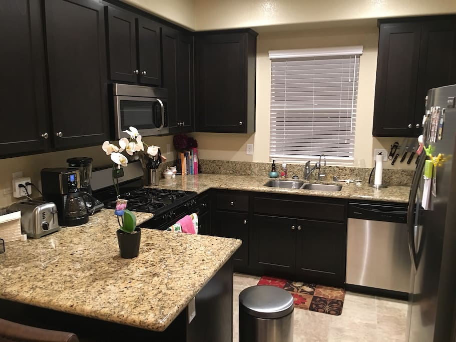 Modern, clean, and fully equipped kitchen.