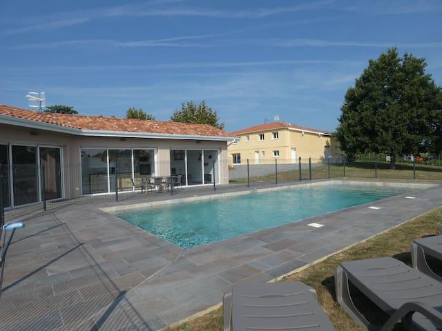 Petite maison à la campagne avec piscine