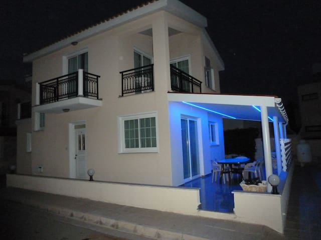 Sea View Villa,4 Bedroom, Free Wifi - Oroklini - Hus