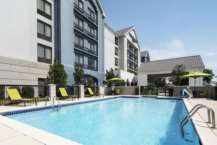 Houston Escape! Cozy Unit, Outdoor Pool, Parking