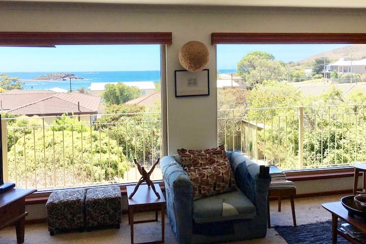 Seaviews & Winter Fires - Retro Charm at The Bay