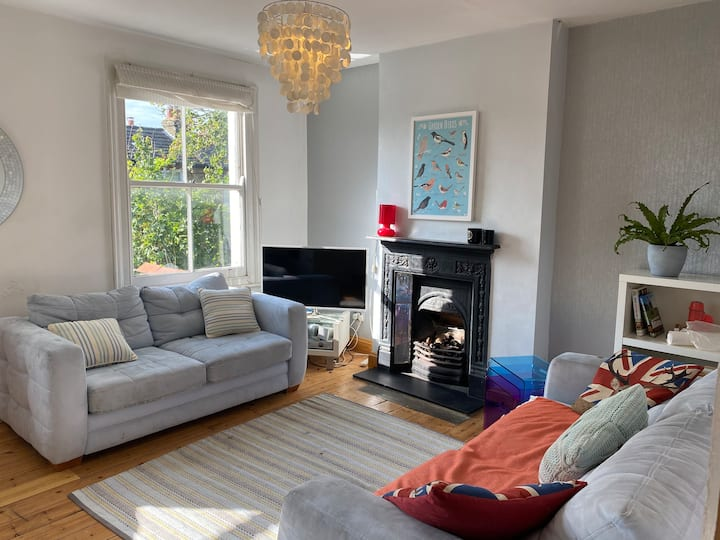 Bright airy 2 bed flat with free street parking