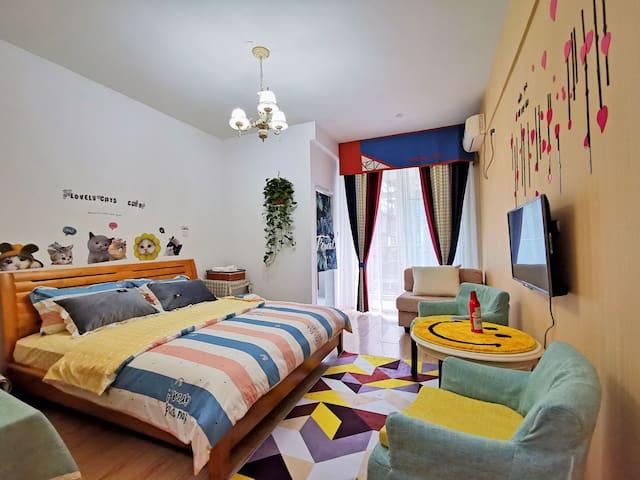 初见民宿,以北欧为主,它是公寓式,单独的卧室,单独的卫生间,单独的厨房,里面的所有设备都可以使用!