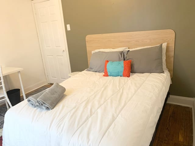Comfy room, easy access to Comcast/Center City