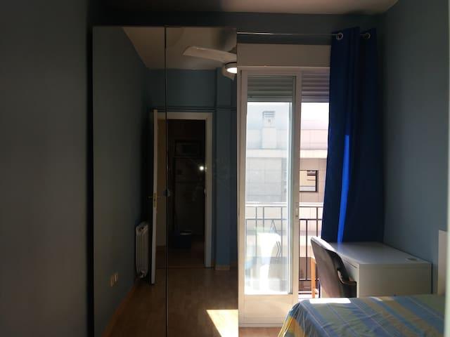 Dormitorio céntrico y luminoso.