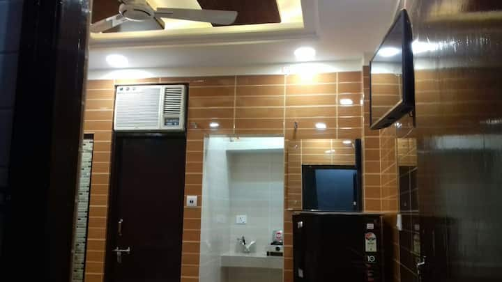 Posh foreigner area lajpat ngar couples rooms