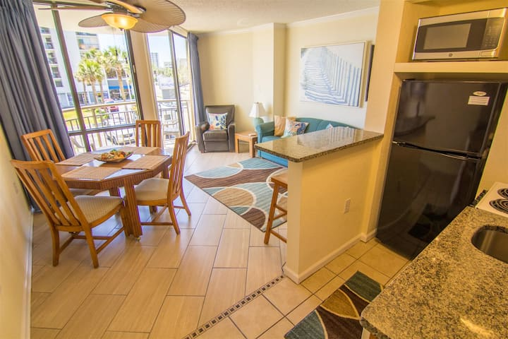Renovated Condo in the heart of Myrtle Beach. Close to everything! 206