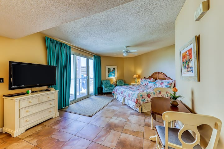 Cozy studio at the beach w/ a furnished balcony, shared pool, pool spa, & gym
