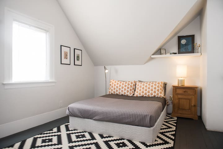 The Grey Room--Room in cozy Victorian-nr downtown - Oakland - House