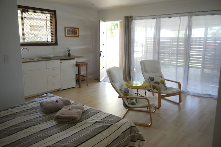 Private Studio, Sleep to the Sound of the Sea - Buddina - Bed & Breakfast