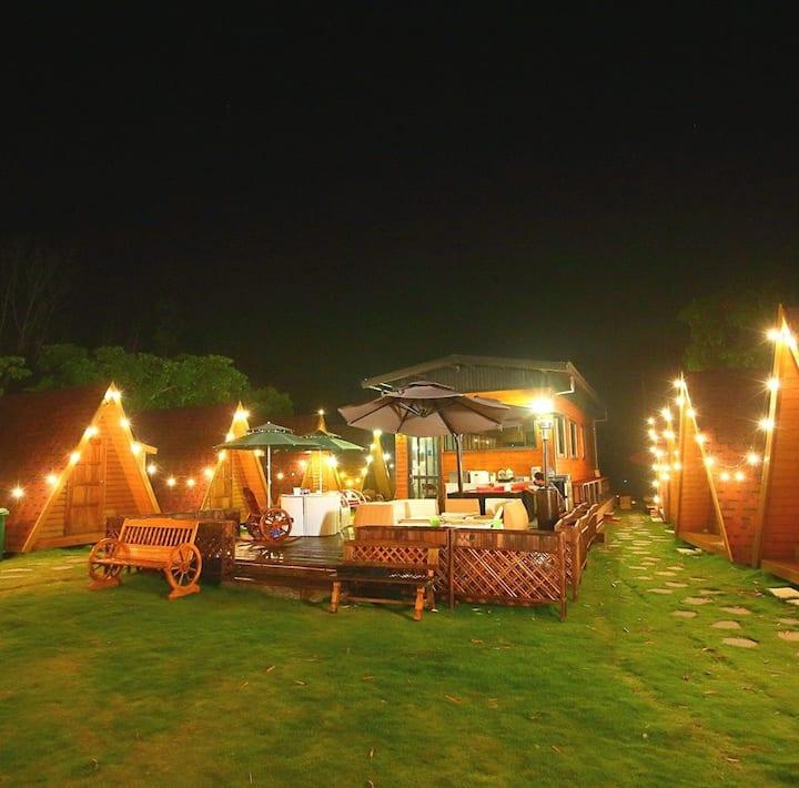 二寮觀日亭附近小木屋(兩張沙發床,共用衛浴) 前有美麗大草坪 浪漫湖濱夜景
