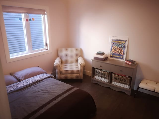 Private Bedroom Minutes from Airport