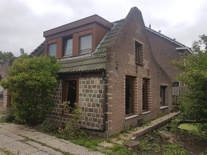 Vrijstaand woonhuis in centrum Zwanenburg.