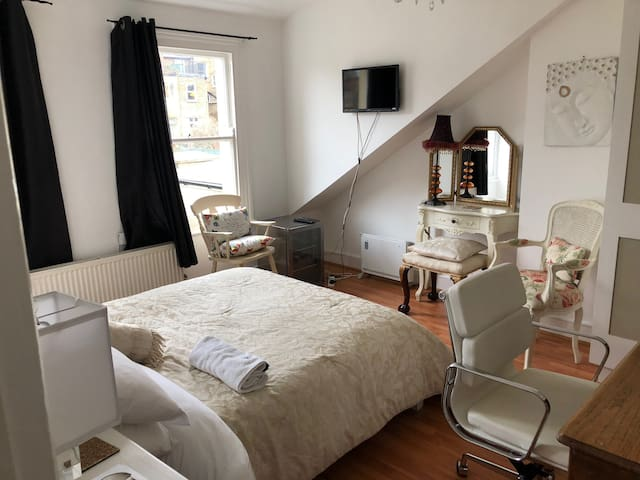 Light and airy room in wonderful Crouch End home