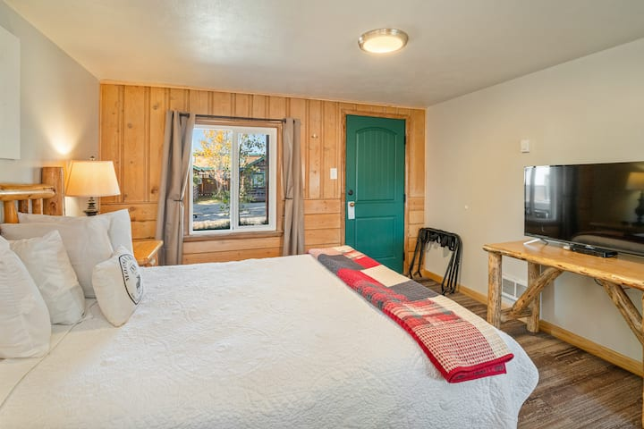 Bucking Moose Room #4 ~ Downtown West Yellowstone!
