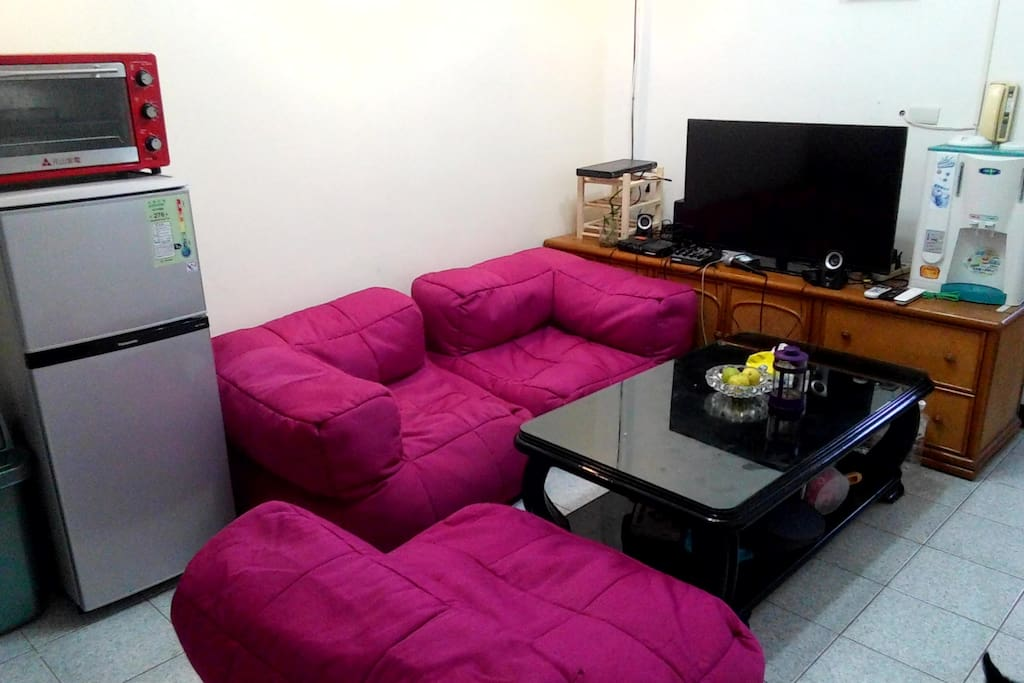 Living space, with TV, fridge, oven, ...