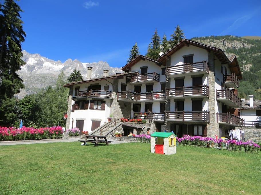 Villa raggio trilocale con posto auto appartamenti in for Piani di garage con posto auto coperto