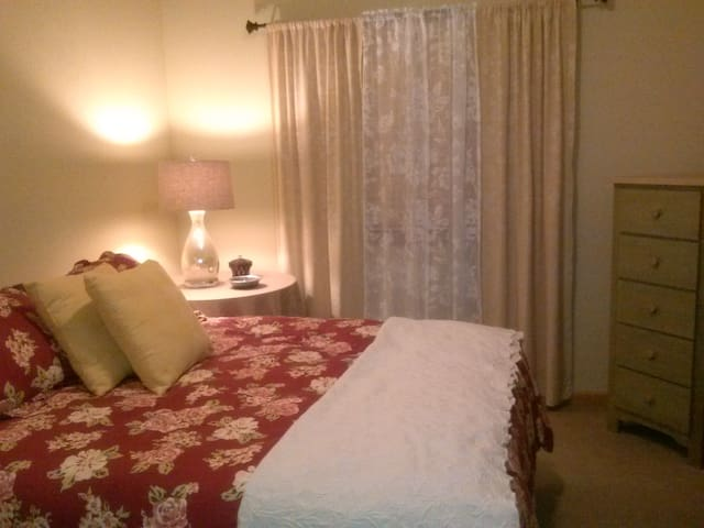 Upscale Queen Bedroom/private bath In Whitefish - Whitefish - Apto. en complejo residencial