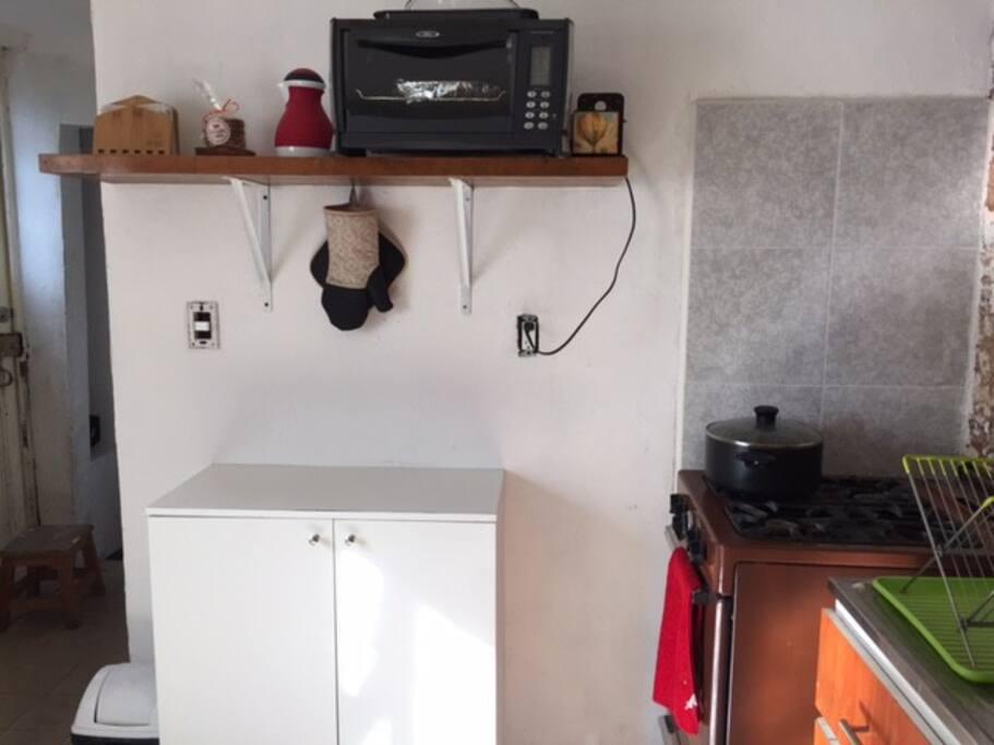 Tienes acceso a la estufa y al hornito por si quieres cocinar o calentar algo.