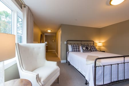 Boutique Bed & Breakfast - Deluxe King, New London
