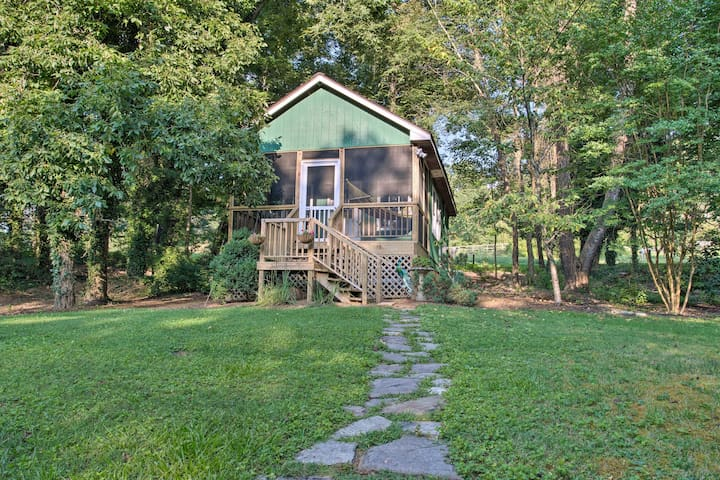 'Heartwood Cottage' 2 Mi from Blue Ridge Parkway!