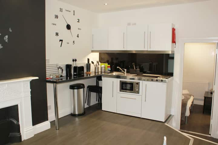 1 Bed Flat sleeps 4 close to Station & City Centre