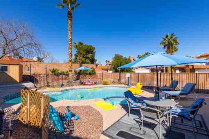Heated pool and hot tub house by airport and strip