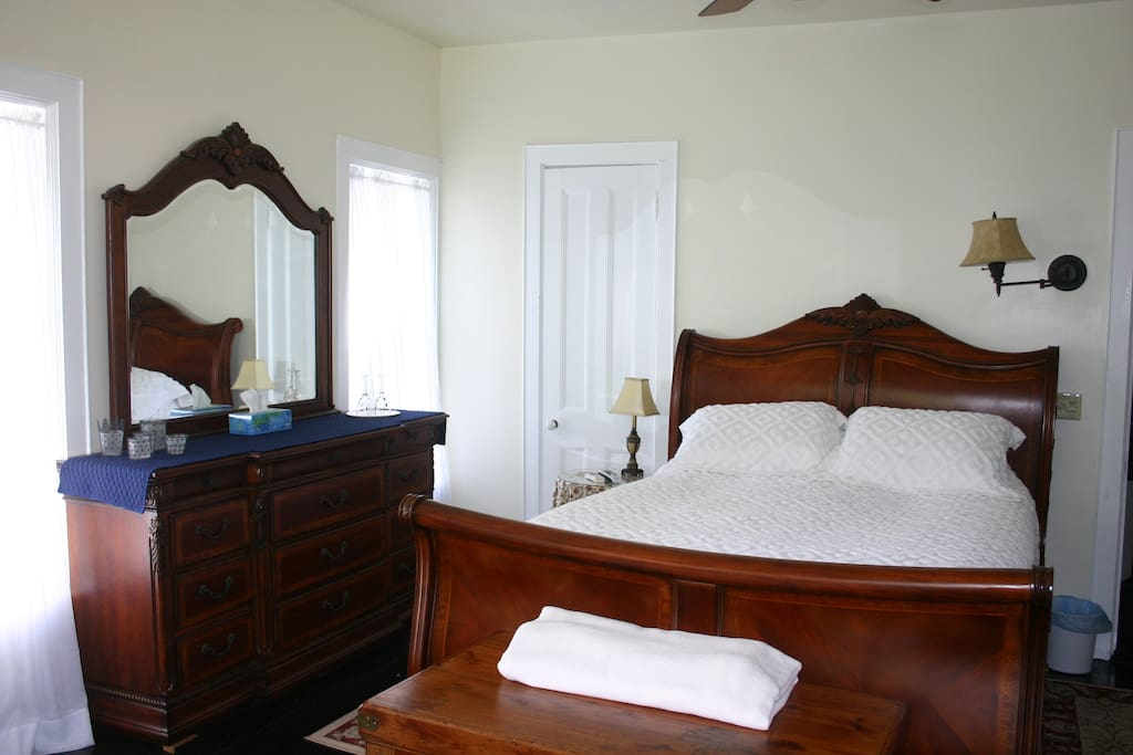 Ivory Room, Queen Bed