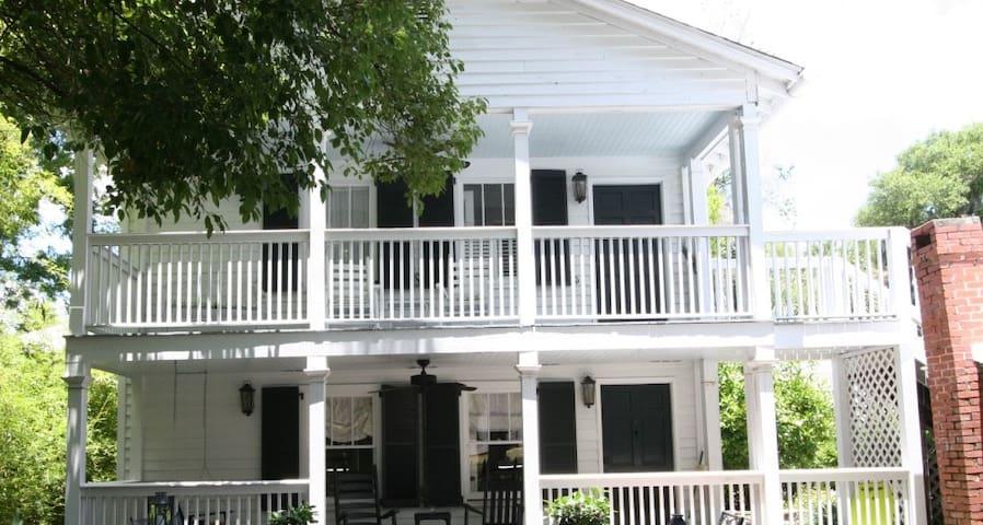 Historic Beaufort Carriage House (Wren's Nest)