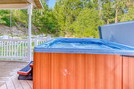 North Cascades home w/private hot tub -close to mountain activities