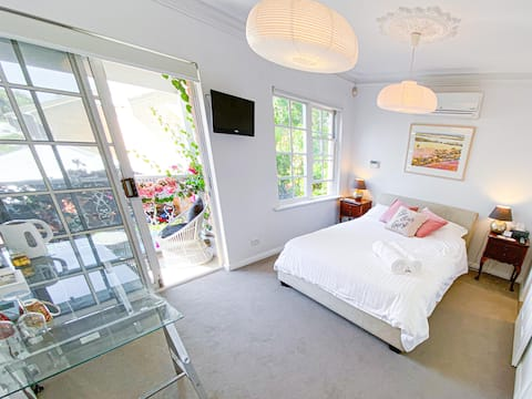 Modern Accomodation minutes from the City & Beach