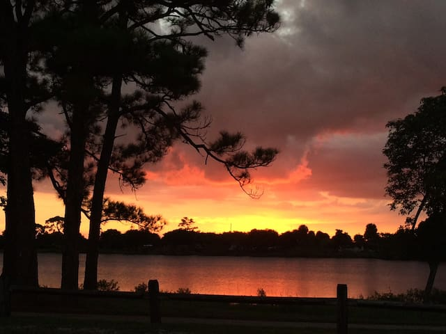 Lake, sunsets and trail just out the front door! - Lake Worth - Huis