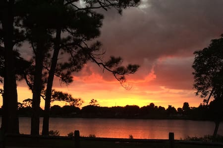 Lake, sunsets and trail just out the front door! - Lake Worth - Casa