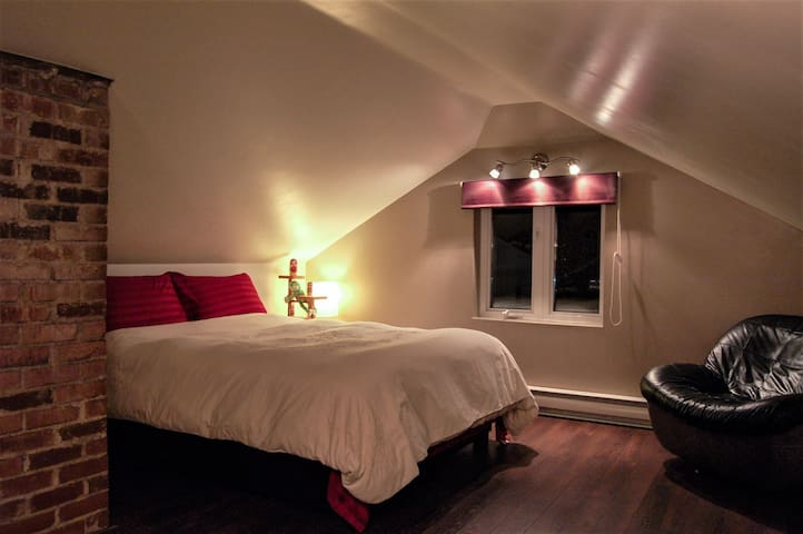 Lovely attic queen bedroom with private bathroom. - Ville de Québec - Apartemen