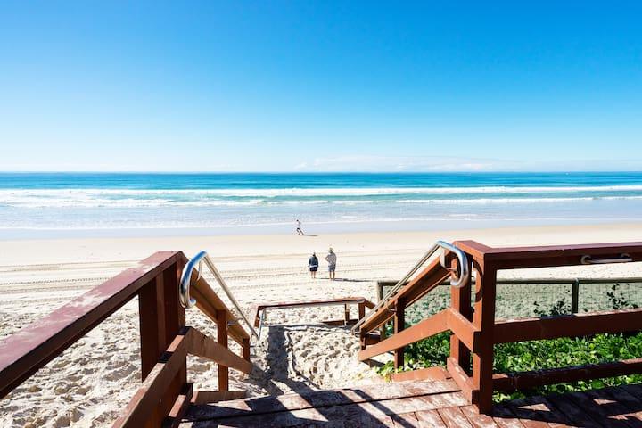 Spacious Main Beach Home ★ Great location ★