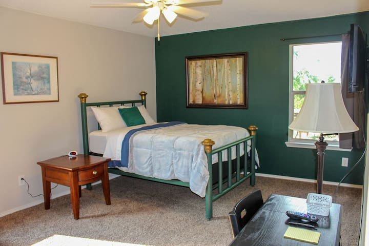 Clean and Spacious Bed & Bath- Forest Green Room