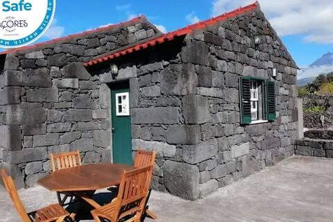 casa típica do Pico , estilo rústico e Moderno