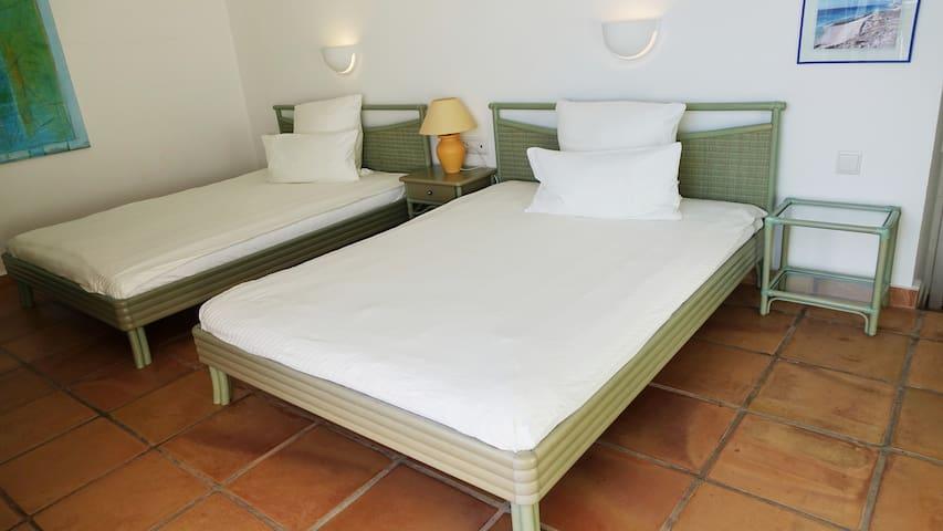 Das Hauptschlafzimmer mit zwei Queensize Betten in den Maßen 150cm x 200cm