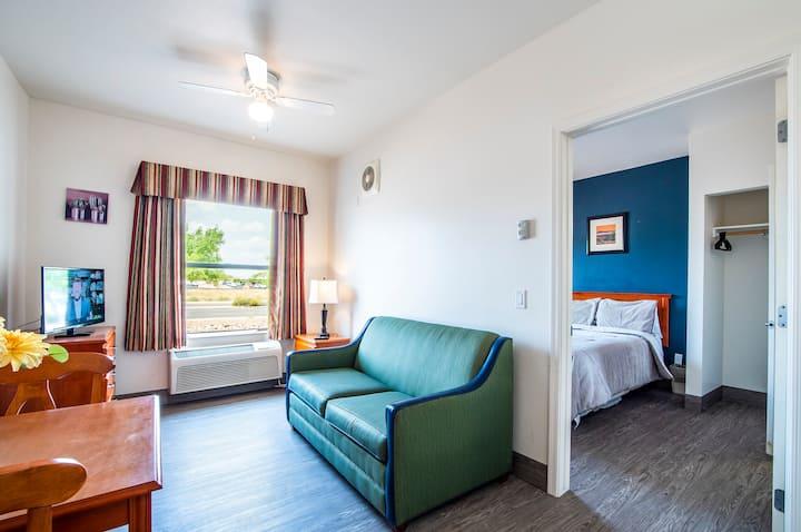 The Vistas Modern Sierra Vista 1bd QN bed & pull out couch sleeps 4