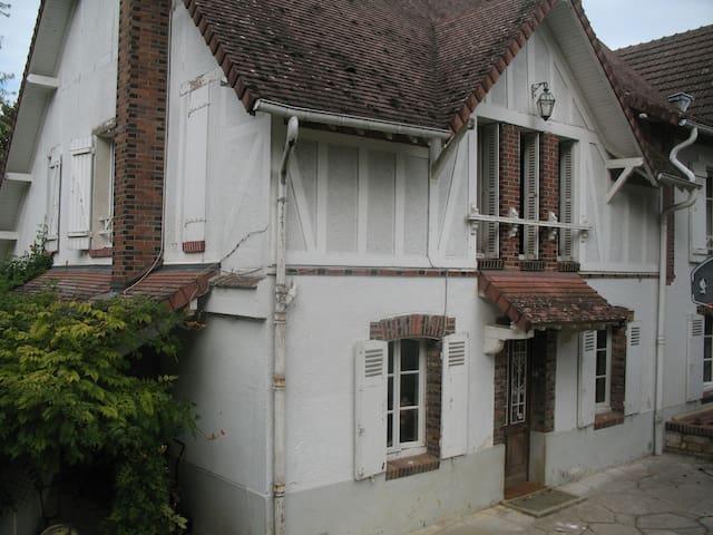 Maison dans village (proche sortie autoroute A6)