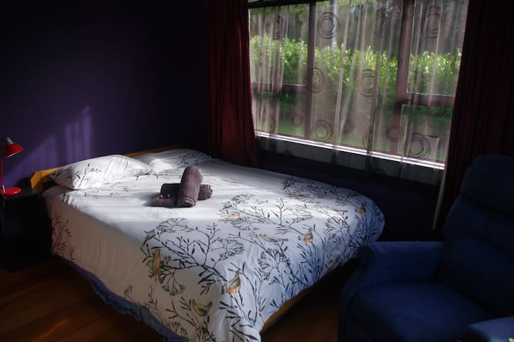 Purple Room in sunny family home - Nelson - Hus