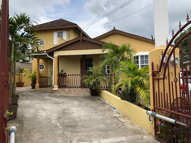 Yardie Towers! Cozy Two Bedroom Vacation Home