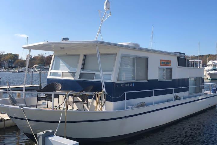Houseboat Getaway - Sleep on the water!
