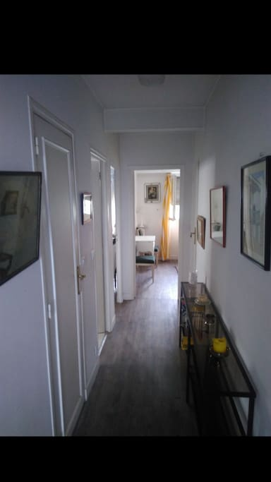 Couloir reliant les deux chambres au salon