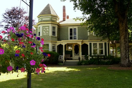 Eclectic Victorian Charm - Belchertown - Bed & Breakfast