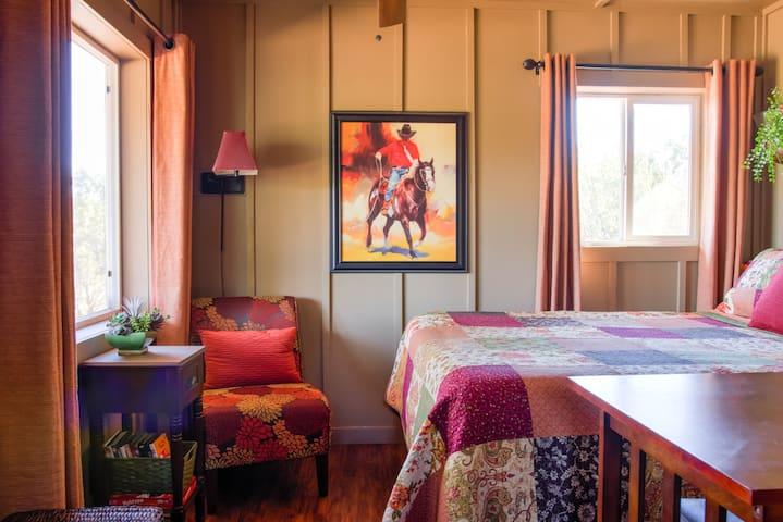 """Wee Casa"" Mini Cabin for Two Near Grand Canyon"