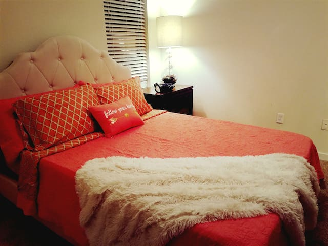 Queen Bed at UTSA, Six Flags, USAA, & Medical Ctr - San Antonio - Apartment