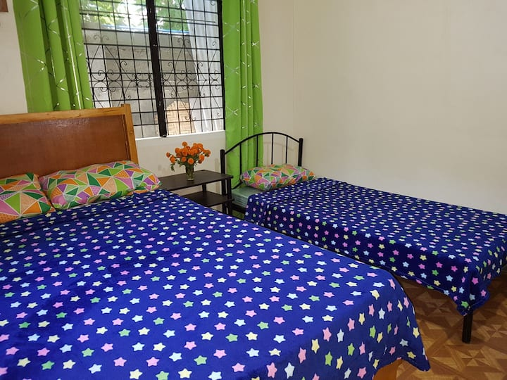 OMG, Guest house 3 pax room with aircon.