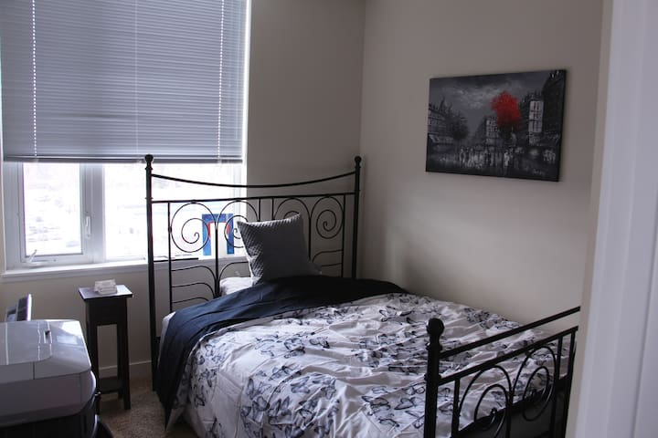Cozy place located right by the C-Train! - Calgary - Leilighet